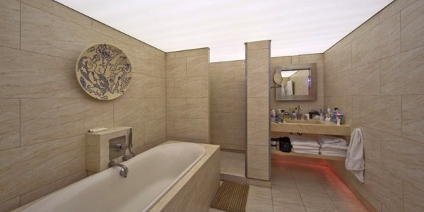 Белый прозрачный натяжной потолок в ванной