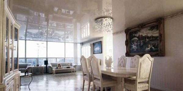 Белый лаковый натяжной потолок на кухне