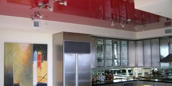 Красный яркий натяжной потолок на кухне
