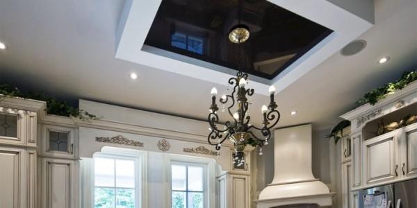 Черный и белый натяжные потолки на кухне