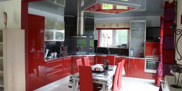 Красный глянцевый натяжной потолок на кухне