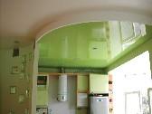 Зеленый натяжной потолок на кухне.
