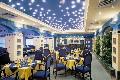 Синий сатиновый (матовый) натяжной оптолок и много светильников в нем. Ресторан.