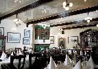 Белый глянцевый натяжной потолок в ресторане.