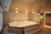 Частный дом, большая ванная, натяжной бежевый потолок
