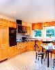 Белый матовый натяжной потолок на кухне
