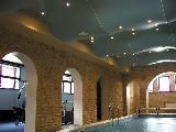 Натяжной потолок с волной в бассейне