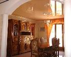 Бежевый натяжной потолок в гостиной
