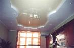 Бежевый натяжной потолок на кухне.