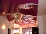 Волна на натяжном потолке бордового цвета в офисе