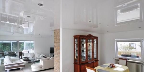 Красивый натяжной потолок на кухне белый