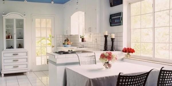 Синий натяжной потолок на кухне