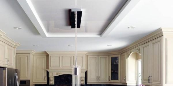 Белый глянцевыйнатяжной потолок на кухне