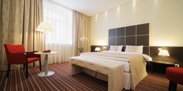 Белый матовый натяжной потолок в спальне