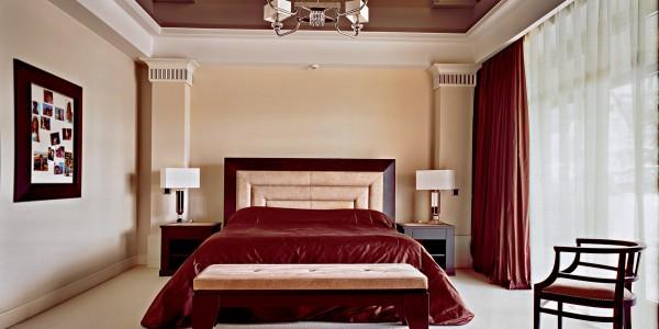 Коричневый глянцевый натяжной потолок в спальне