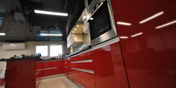 Черный лаковый натяжной потолок на кухне
