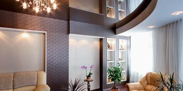 Коричневый лаковый натяжной потолок в гостиной