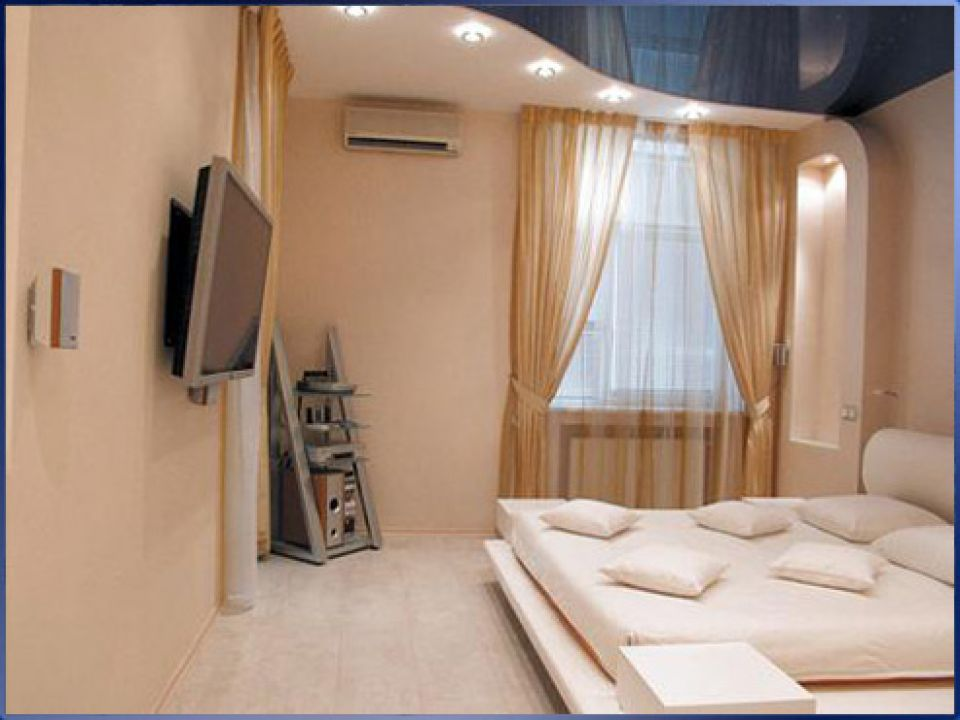 Натяжные потолки в спальне.