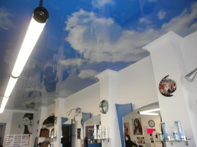 Натяжной потолок в парикмахерской в Риме в Италии