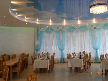 Натяжные потолки фотопечать облаков в ресторане